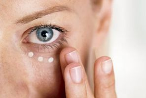 آیا استفاده از کرم دور چشم ضروری است؟