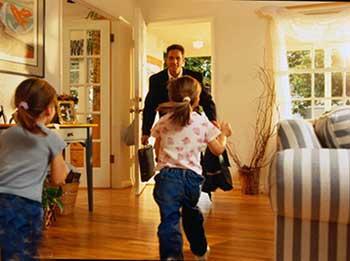 هنگام بازگشت همسر به خانه،بهترین رفتار زن و مرد با یکدیگر چیست؟