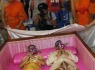 جشن عروسی این زوج در تابوت برگزار شد(عکس)