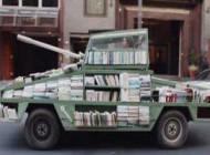 تانکی عجیب که به جای توپ،کتاب شلیک می کند(عکس)