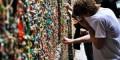 چسباندن هزاران آدامس به دیوار یک کوچه درآمریکا(عکس)