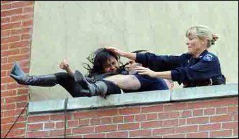 عکس های هولناک پرت شدن دختری از بالای ساختمان