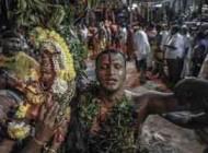 فستیوال عجیب راه رفتن زنان و مردان هندی روی ذغال داغ