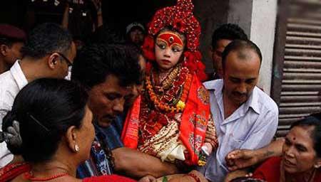 دختر هندی که شیطان را از انسان دور می کند! عکس