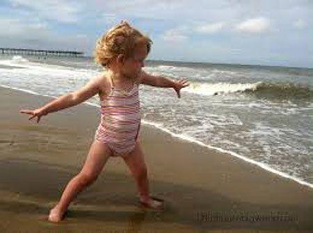عکس های دختران جذاب با مایو در ماسه های لب دریا