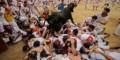 فستیوال نبرد خونین با گاوهای وحشی در خیابان (عکس)