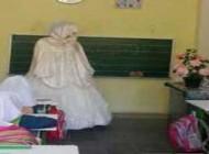 معلم همدانی با لباس عروس در کلاس درس (عکس)