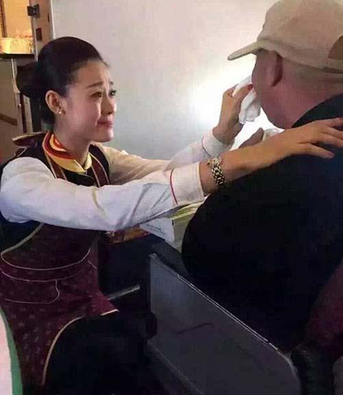 این مهماندار زیبای هواپیما مسافران را به گریه انداخت (عکس)