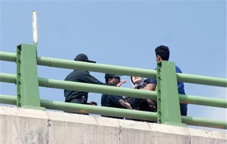 از شایعه تا واقعیت نصب پرچم داعش روی پل کرمانشاه (عکس)