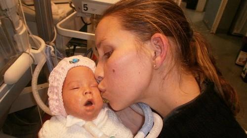 زنده شدن معجزه آسا نوزاد مرده در سردخانه بیمارستان + تصاویر