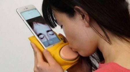 دستگاهی که از طریق اینترنت بوسه واقعی میفرستد + عکس