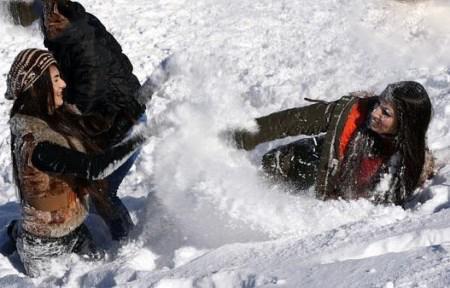 رقص و برف بازی دختران خوشگل عراقی در پیست + تصاویر