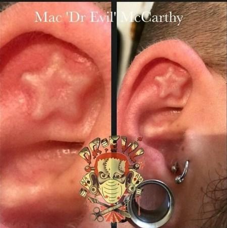 دکتر شیطان پرست که عمل گوش الاغی انجام می دهد + تصاویر