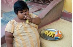 این کودک هندی سیری ندارد!