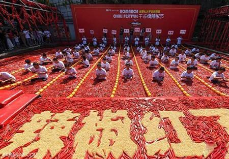 مسابقه عجیب و غریب فلفل خوری در استخر در چین + عکس